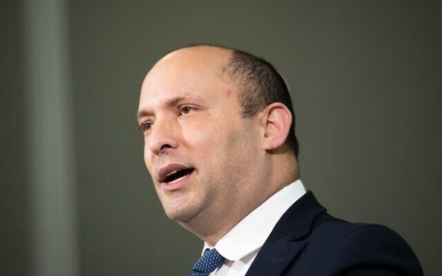 Le ministre de la Défense de l'époque, Naftali Bennett, fait une déclaration aux médias à Ariel, ville israélienne en Samarie, (au nord de la Cisjordanie), le 26 janvier 2020. (Sraya Diamant/Flash90)