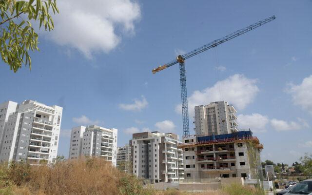 Photo d'illustration : Un site de construction de nouveaux bâtiments résidentiels dans un quartier récent de Beer Yaakov, dans le centre d'Israël, le 26 mars 2020. (Crédit : Flash90)