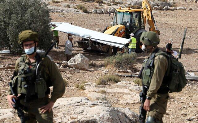Israël démolit une maison construite sans permis à Yatta, en Cisjordanie, le 11 août 2020. (Wisam Hashlamoun/Flash90)