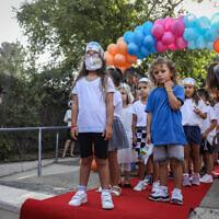 Le maire de Jérusalem rencontre des jeunes jumeaux israéliens entrant en CP dans une école de Jérusalem, le 1er septembre 2020. (Noam Revkin Fenton/Flash90)
