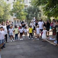 Des élèves de CP font leur rentrée à l'école Tali Geulim de Jérusalem, le 1er septembre 2020. (Crédit : Noam Revkin Fenton/Flash90)