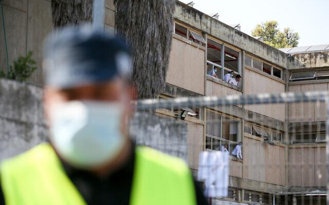 Des hommes juifs ultra-orthodoxes de la yeshiva Rina Shel Torah vus en quarantaine suite à la propagation de la COVID-19 dans la yeshiva, dans la ville de Karmiel au nord d'Israël, le 2 septembre 2020. (David Cohen/Flash90)
