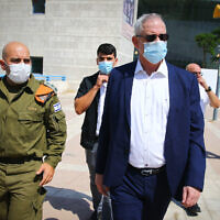 Le ministre de la Défense Benny Gantz rencontre les soldats du Commandement du Front Intérieur de l'armée israélienne lors d'une visite dans la ville d'Ashdod, au sud d'Israël, le 14 septembre 2020. (FLASH90)
