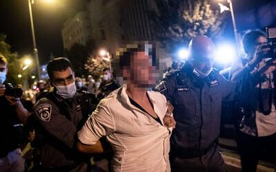 La police arrête un homme soupçonné d'avoir projeté sa voiture vers des manifestants pendant un rassemblement contre le Premier ministre Benjamin Netanyahu aux abords de sa résidence officielle de Jérusalem, le 20 septembre 2020 (Crédit : Yonatan Sindel/Flash90)