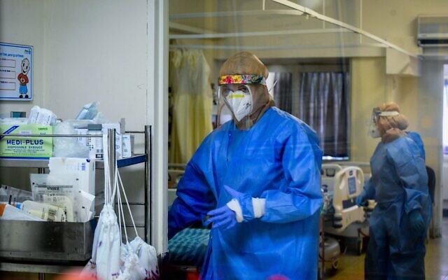 Des membres du personnel médical travaillent dans l'unité coronavirus du centre médical Kaplan, à Rehovot, le 22 septembre 2020. (Yossi Zeliger/Flash90)
