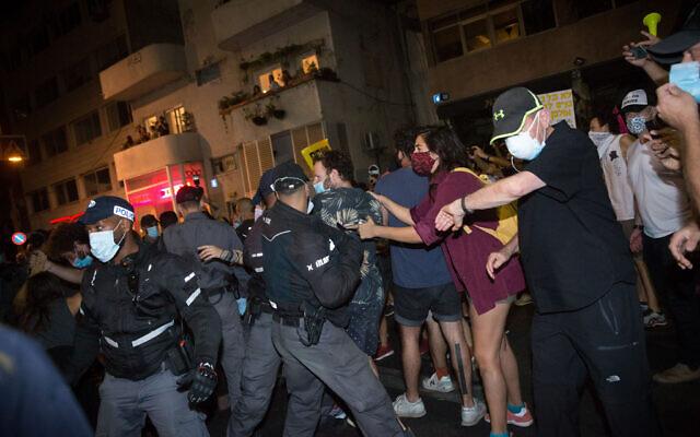 Des Israéliens manifestent contre le Premier ministre Benjamin Netanyahu sur la place Habima de Tel Aviv, le 3 octobre 2020. (Miriam Alster/Flash90)