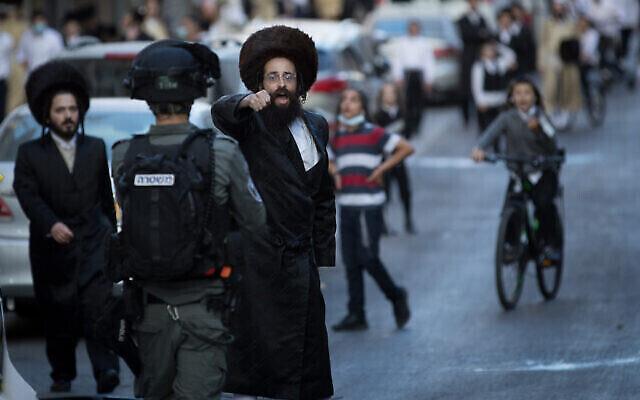 Des manifestants ultra-orthodoxes protestent contre la mise en vigueur des régulations entraînées par le coronavirus à Mea Sharim, à Jérusalem, le 4 octobre 2020 (Crédit : Nati Shohat/Flash90)