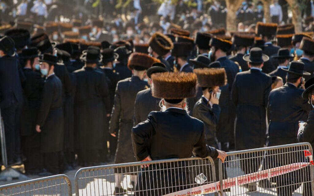 Des Juifs ultra-orthodoxes lors des funérailles du rabbin Mordechai Leifer de Pittsburgh dans la ville d'Ashdod, le 5 octobre 2020 (Crédit : Flash90)
