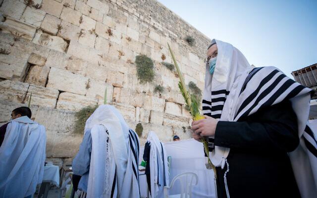 Des fidèles prient devant le mur Occidental dans la Vieille Ville de Jérusalem pendant la fête de Souccot, le 5 octobre 2020. (Yonatan Sindel/Flash90)