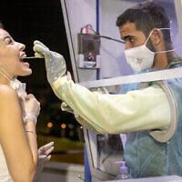 Israéliens testés pour le coronavirus dans un centre de test Maccabi, à Ramle, 5 octobre 2020. (Yossi Aloni / FLASH90)