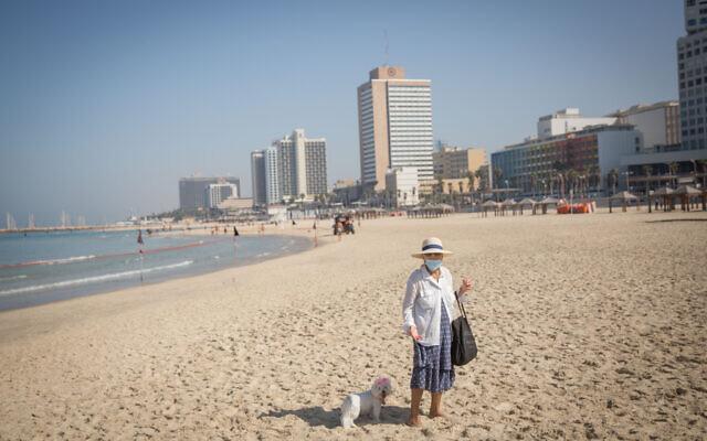 Des gens sur la plage de Tel Aviv, lors du bouclage national, le 7 octobre 2020. (Miriam Alster/FLASH90)