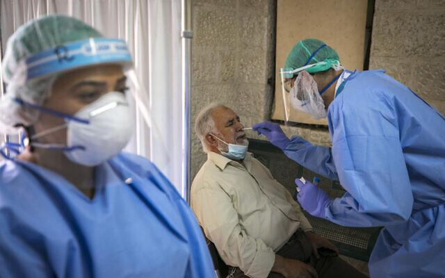 Des médecins et des infirmiers prélèvent des échantillons sur des habitants de Jérusalem pour vérifier s'ils ont été infectés par le coronavirus, à Sheikh Jarrah, Jérusalem, le 8 octobre 2020. (Olivier Fitoussi/Flash90)