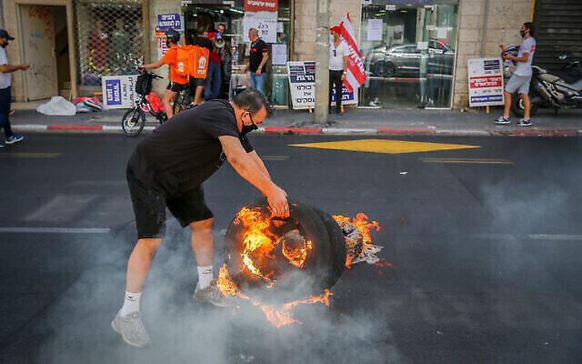Des propriétaires de commerces protestent contre le bouclage national en cours à Tel Aviv, le 15 octobre 2020. (Flash90)