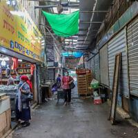 Des gens déambulent dans le marché presque vide de Rehovot, le 19 octobre 2020. (Yossi Aloni/Flash90)