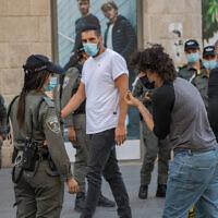Des agents de la police des frontières israélienne patrouillent dans la rue Jaffa, dans le centre de Jérusalem, alors qu'Israël sort du confinement dû au coronavirus et lève les restrictions, le 21 octobre 2020. (Nati Shohat/Flash90)