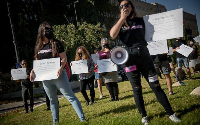 Des activistes manifestent en dénonçant de récents cas de violences faites aux femmes aux abords de la Knesset de Jérusalem, le 21 octobre 2020 (Crédit : Yonatan Sindel/Flash90)