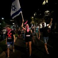 Des Israéliens manifestent contre le Premier ministre Benjamin Netanyahu à Tel Aviv le 22 octobre 2020. (Crédit : Miriam Alster/Flash90)