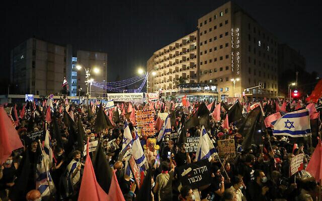 Les manifestations anti-Netanyahu aux abords de sa résidence officielle de Jérusalem, le 24 octobre 2020. (Crédit : Yonatan Sindel/Flash90)