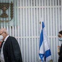 La présidente de la Cour suprême israélienne Esther Hayut, à droite, et le magistrat Hanan Melcer arrivent pour une audience consacrée aux plaintes contre la création du poste de Premier ministre d'alternance à la Cour suprême, à Jérusalem, le 27 octobre 2020. (Crédit :  Yonatan Sindel/Flash90)