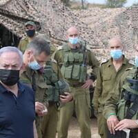 Le Premier ministre Benjamin Netanyahu (à gauche) assiste à un exercice militaire dans le nord d'Israël, le 28 octobre 2020. (Amos Ben Gershom/GPO)