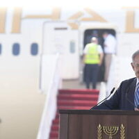 Le Premier ministre Netanyahu s'exprimant lors d'une cérémonie de signature au cours de laquelle Israël et les EAU ont signé quatre accords bilatéraux à l'aéroport Ben-Gourion de Tel-Aviv, le 20 octobre 2020. (Crédit : Amos Ben Gershom/GPO)
