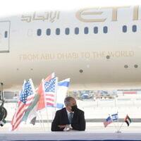 De gauche à droite : le secrétaire américain Mnuchin, le premier ministre Netanyahu et le ministre d'État des EAU pour les affaires financières Obaid Humaid Al Tayer lors d'une cérémonie au cours de laquelle Israël et les EAU ont signé quatre accords bilatéraux à l'aéroport Ben-Gurion de Tel-Aviv, le 20 octobre 2020. (Crédit : Amos Ben Gershom/GPO)
