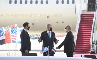 De gauche à droite : le secrétaire américain Mnuchin, le Premier ministre Netanyahu et le ministre d'État des EAU pour les Affaires financières Obaid Humaid Al Tayer lors d'une cérémonie au cours de laquelle Israël et les EAU ont signé quatre accords bilatéraux à l'aéroport Ben Gurion de Tel Aviv, le 20 octobre 2020. (Crédit : Amos Ben Gershom/GPO)