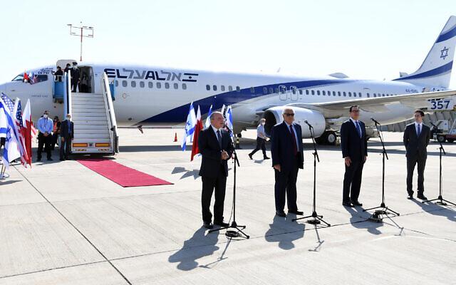 Des responsables américains et israéliens font des déclarations à l'aéroport Ben Gourion avant le premier vol direct de passagers Israël-Bahreïn. 18 octobre 2020 (Crédit : Haim Tzach / GPO)