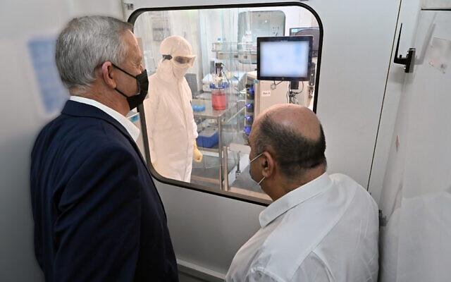 Le ministre de la défense Benny Gantz visite un laboratoire de l'Institut israélien de recherche biologique le 25 octobre 2020. (Crédit : ministère de la défense)