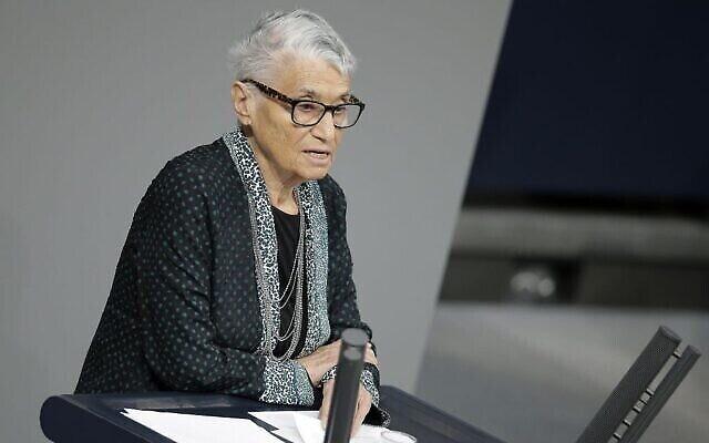 La survivante de la Shoah Ruth Klueger lit un discours lors d'une cérémonie de commémoration au Bundestag, à Berlin, lors de la journée du souuvenir de la Shoah, le 27 janvier 2016. (AP Photo/Michael Sohn)