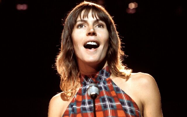 Helen Reddy se produit en direct au début des années 1970. (Tony Russell/Redferns/Getty Images via JTA)