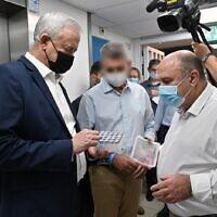 Le ministre de la Défense, Benny Gantz, s'entretient avec le directeur de l'Institut de recherche biologique, le professeur Shmuel Shapira, au laboratoire de Ness Ziona, le 6 août 2020. (Crédit : Ariel Hermoni/ ministère de la Défense)