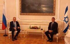 Le ministre des Affaires étrangères Gabi Ashkenazi (à droite) rencontre son homologue russe Sergey Lavrov à Athènes, Grèce, le 26 octobre 2020. (Ministère des Affaires étrangères)