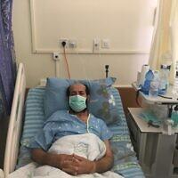 Maher al-Akhras, un prisonnier de sécurité de 49 ans, lors d'une grève de la faim à l'hôpital Kaplan de Rehovot, le 8 octobre 2020. (Aaron Boxerman/Times of Israel)