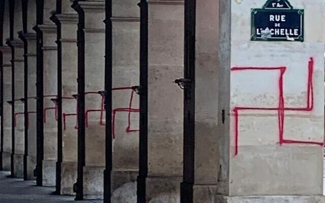 Les tags antisémites découverts rue de Rivoli. (Crédit : Twitter/Gérald Darmanin)