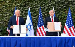L'ambassadeur des États-Unis en Israël, David M.Friedman, (à gauche) et le Premier ministre Benjamin Netanyahu signent des accords visant à renforcer la coopération scientifique et technologique binationale lors d'une cérémonie spéciale organisée à l'université d'Ariel, le 28 octobre 2020. (Matty Stern/ambassade des États-Unis à Jérusalem)