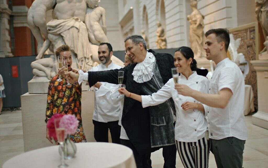 "Yotam Ottolenghi, Dominique Ansel, Dinara Kasko et Sam Bompas dans le documentaire ""Ottolenghi and the Cakes of Versailles"" de Laura Gabber. (Autorisation : IFC Films)"