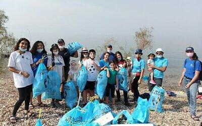Des bénévoles participent aux opérations de nettoyage des plages en Israël, le 30 octobre 2020 (Crédit : Société pour la protection de la nature en Israël)