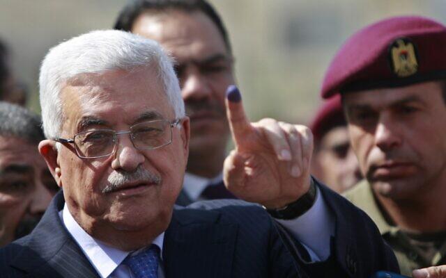 Le président de l'Autorité palestinienne Mahmoud Abbas montre son doigt taché d'encre après avoir voté lors des élections locales dans un bureau de vote de la ville de Ramallah, en Cisjordanie, le 20 octobre 2012. (AP/Majdi Mohammed)