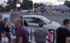 Capture d'écran d'un conducteur qui aurait pulvérisé du gaz poivre par la fenêtre d'une voiture sur des manifestants contre le Premier ministre Benjamin Netanyahu à l'intersection Aluf Sadeh, le 25 juillet 2020. (Twitter)