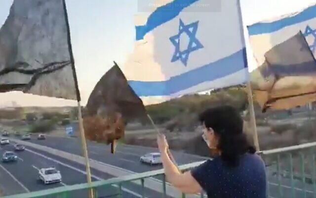 Capture d'écran de la vidéo du moment où des volontaires de la police dans une voiture de patrouille, (en bas à gauche), ont crié leur soutien au Premier ministre alors qu'ils passaient sous un pont où se trouvaient des manifestants anti-gouvernement, le 5 octobre 2020. (Twitter)