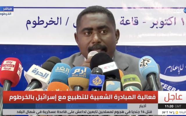 Un membre de l'Initiative populaire soudanaise pour la normalisation avec Israël s'exprime lors d'une conférence de presse, le 18 octobre 2020. (Capture d'écran : Al-Ghad TV)