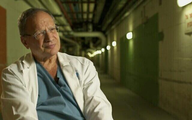 Prof. Joseph Klausner, le chirurgien qui a tenté de sauver la vie de Yitzhak Rabin le 4 novembre 1995, lors d'une interview télévisée avec la Douzième chaîne le 28 octobre 2020 (Capture écran/Douzième chaîne)