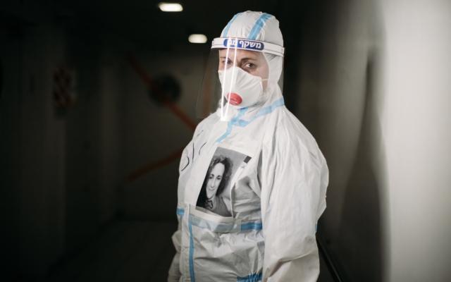 Une membre du personnel du centre médical Bnai Zion de Haïfa pendant le coronavirus 2020. (Autorisation, Micha Brikman)