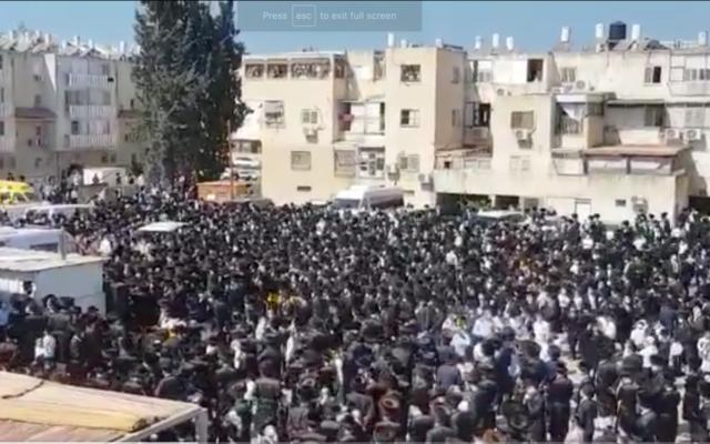 Les funérailles du rabbin Mordechai Leifer, décédé de la Covid et enterré à Ashdod, le 5 octobre 2020. (Capture écran/Twitter)