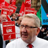 Le secrétaire-général d'Unite the Union Len McCluskey lors d'une manifestation à Londres, le 6 mars 2019. (Crédit : AP Photo/Frank Augstein)