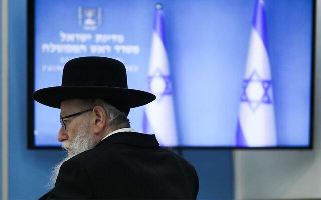 Le ministre de la Santé de l'époque, Yaakov Litzman, assiste à une conférence de presse sur le coronavirus au bureau du Premier ministre à Jérusalem, le 25 mars 2020. (Olivier Fitoussi/Flash90)
