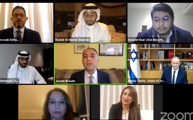 Le ministre de la Défense Benny Gantz  (rang du milieu, à droite) lors de la toute première discussion ouverte avec des journalistes saoudiens et du Golfe, le 4 octobre 2020. (Autorisation)