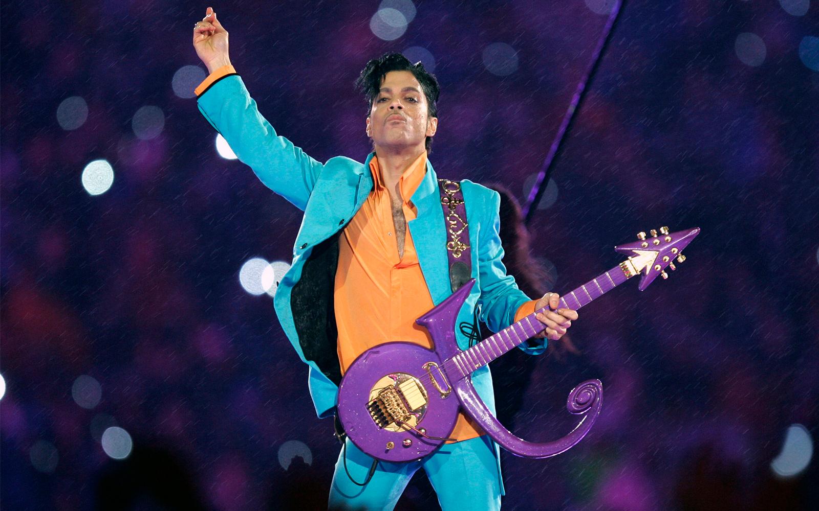 Prince lors du spectacle de la mi-temps du Super Bowl à Miami, en Floride, le 4 février 2007. (AP Photo/Chris O'Meara, File)