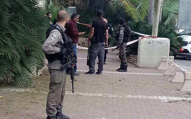 Illustration : un agent de la police des frontières à l'entrée de l'implantation de Hashmonaim, où un Palestinien armé a été arrêté, le 9 février 2018. (Autorisation)